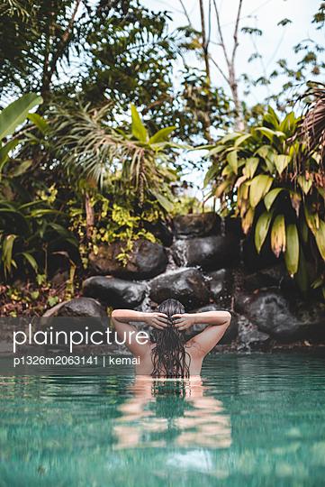 Eintauchen im Pool - p1326m2063141 von kemai