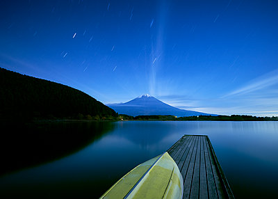 Night view of boat pier and Mount Fuji from lake Tanuki, Shizuoka - p1166m2078153 by Cavan Images