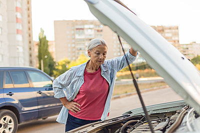 Senior woman looking at car engine - p300m2059434 by Vladimir Godnik