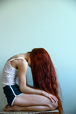 Young woman with long red hair - p427m2211221 by Ralf Mohr