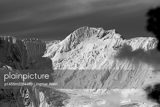 Alaska, Snow covered mountains - p1455m2204489 by Ingmar Wein
