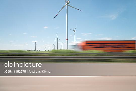 Windpark verschwommene Sicht - p335m1152375 von Andreas Koerner