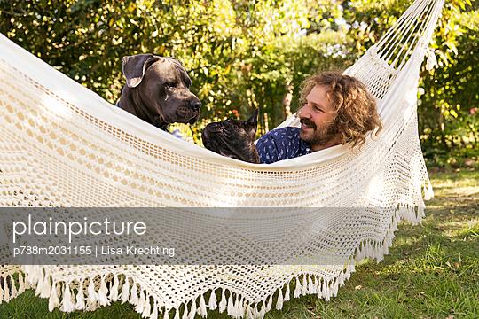 Mann entspannt in der Hängematte - p788m2031155 von Lisa Krechting