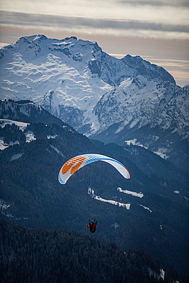 France, Paragliding in winter - p1007m2216457 by Tilby Vattard