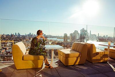 Nachdenkliche Frau auf Dachterrasse - p432m1185596 von mia takahara