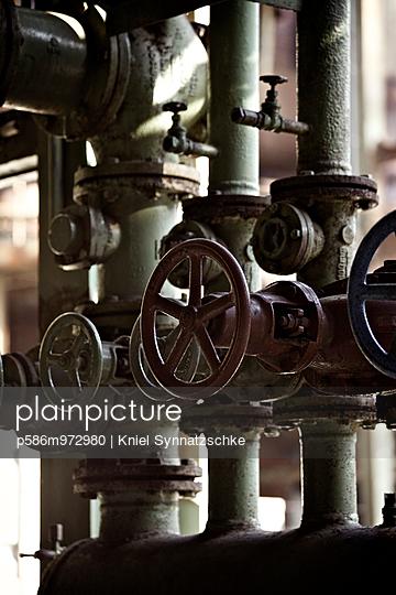 Alte Ventilräder in einer Fabrik, Nahaufnahme - p586m972980 von Kniel Synnatzschke