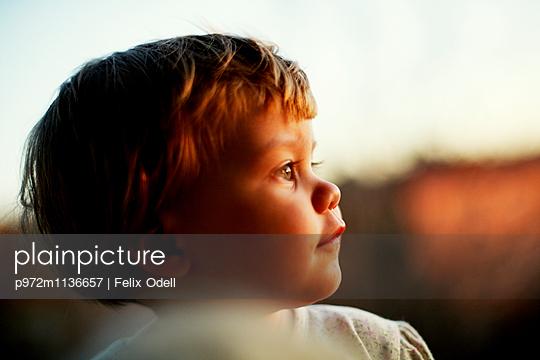 Kleines Mädchen Porträt - p972m1136657 von Felix Odell