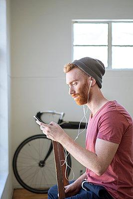 Mann mit Smartphone - p1156m2007667 von miep