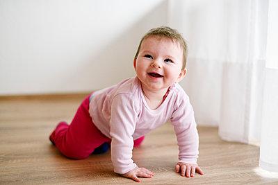 Kleines Mädchen krabbelt - p1196m1201693 von Biederbick & Rumpf