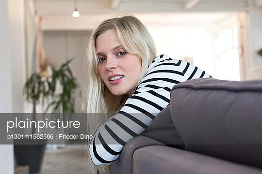 Junge Frau entspannt auf dem Sofa - p1301m1582586 von Delia Baum