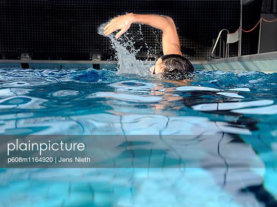 Schwimmen - p608m1164920 von Jens Nieth