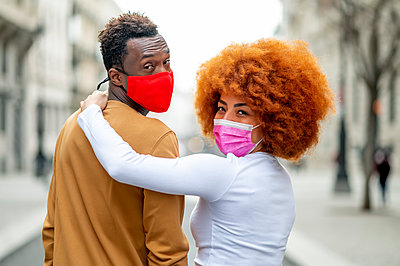 Madrid Spain, Afro couple in the city - p300m2256324 von Oscar Carrascosa Martinez