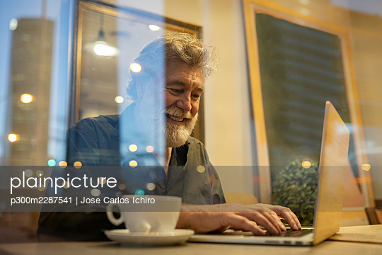 senior man with white hair and beard in the city, Madrid / Spain - p300m2287541 von Jose Carlos Ichiro