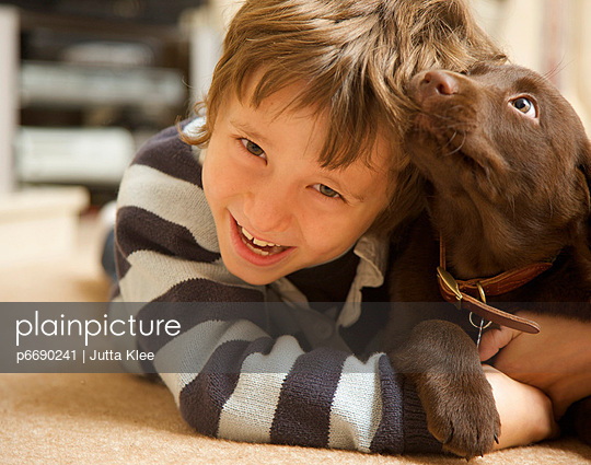 Boy and chocolate lab - p6690241 by Jutta Klee photography