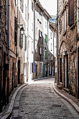 Alley in Old Town of Annot - p075m1467855 by Lukasz Chrobok