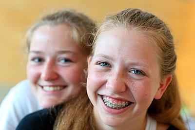 Lachende Freundinnen  - p1258m1071049 von Peter Hamel