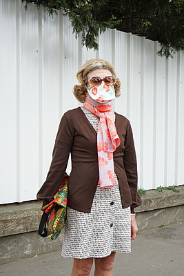 An old lady wearing an hand made mask during covid-19 crisis - p1610m2185295 by myriam tirler
