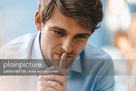 Portrait of man thinking - p300m1587156 von Kniel Synnatzschke
