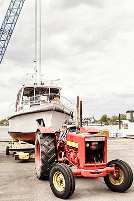 Boot am Traktor - p1222m1362301 von Jérome Gerull