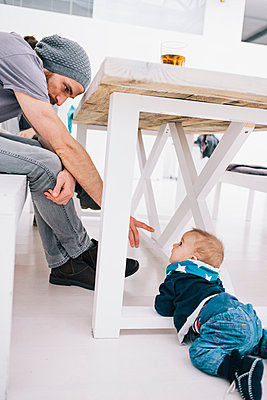 Baby krabbelt unter dem Tisch - p586m1007205 von Kniel Synnatzschke