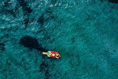 Woman on air mattress in the sea, drone photography - p713m2289227 by Florian Kresse