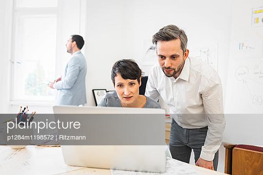 Beratung im Büro - p1284m1198572 von Ritzmann
