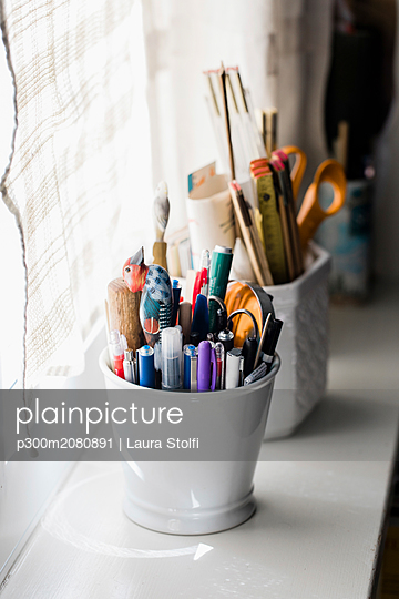 Pencils collected in vase on window sill - p300m2080891 by Laura Stolfi