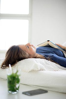 Junge Frau im Bett - p1212m1526231 von harry + lidy