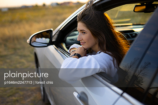 Young woman in car, portrait - p1646m2247713 by Slava Chistyakov