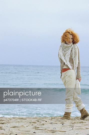 Frau mit rotblondem Lockenkopf - p4737048f von STOCK4B-RF