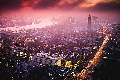 Hafen, Michel und Willy-Brandt-Straße am Abend, Hamburg - p1493m1584692 von Alexander Mertsch
