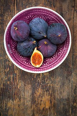 Organic figs in a bowl - p300m1536220 by Larissa Veronesi