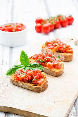 Bruschetta with tomato, basil, garlic and white breah - p300m2023959 von Larissa Veronesi