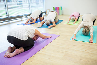Group of active seniors practicing yoga together - p300m2207057 by Fotoagentur WESTEND61