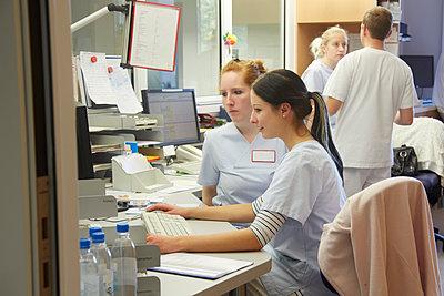Germany, Freiburg, Nurse's station in hospital - p300m2213703 by Heinz Linke