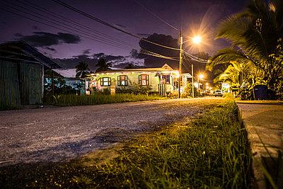 Nachts in Bocas del Toro - p741m892067 von Christof Mattes
