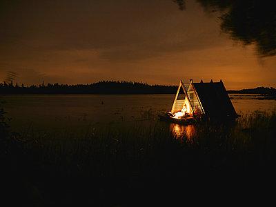Schwimmende Sauna auf See - p962m2157918 von Robert Schlossnickel