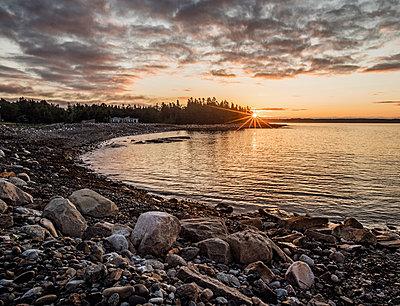 Sunrise over a Beach on the rugged Maine Coast, Acadia National Park. - p1166m2192047 by Cavan Images