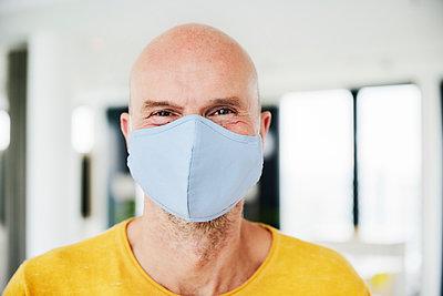 Man wearing protective face mask - p300m2240460 by Jo Kirchherr
