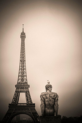 "The Eiffel tower and the ""l'Homme"" statue by Pierre Traverse - p813m1214748 by B.Jaubert"