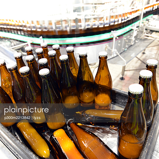 Germany, bottling plant of a brewery - p300m2213842 by lyzs