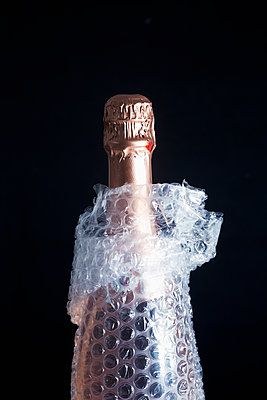 Bottle packed in bubble wrap - p1149m2134432 by Yvonne Röder