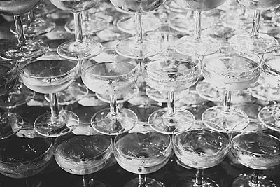 Pyramid of champagne glasses - p1345m2055626 by Alexandra Kern