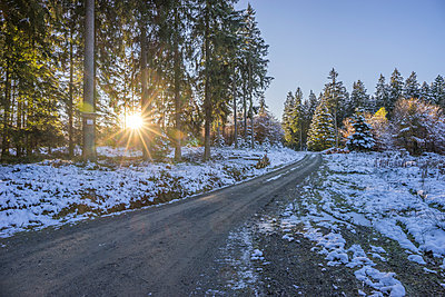 Germany, Lower Saxony, Altenau, Harz Nature Park in winter, hiking path against morning sun - p300m1537637 by Patrice von Collani