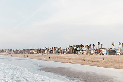 People on Venice Beach, Los Angeles, California, USA - p301m2213600 by Toby Mitchell