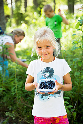 Girl with blueberries in box - p312m1499133 by Lena Granefelt