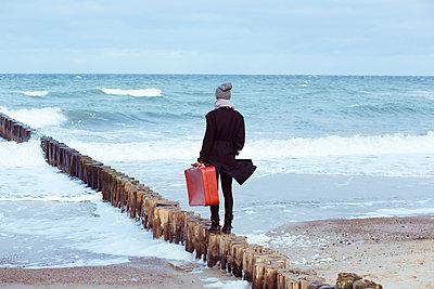Frau blick aufs Meer - p432m1540263 von mia takahara