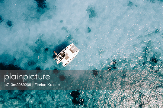 A catamaran and turquoise water, Zakynthos, aerial view - p713m2289209 by Florian Kresse