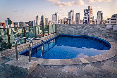 Swimming pool on top of a skyscraper - p1170m1111650 by Bjanka Kadic