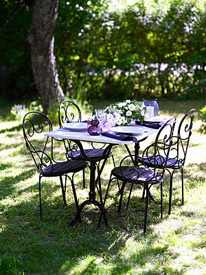 Table and chairs in garden - p31225594f by Susanna Blavarg